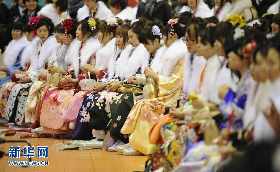 日本:女孩们身着和服的庆祝成人节 高清组图
