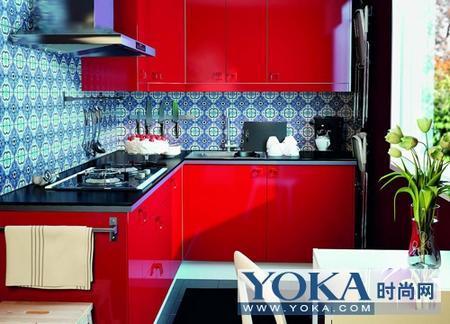 搭配大红色的橱柜,显得整体色彩非常饱满