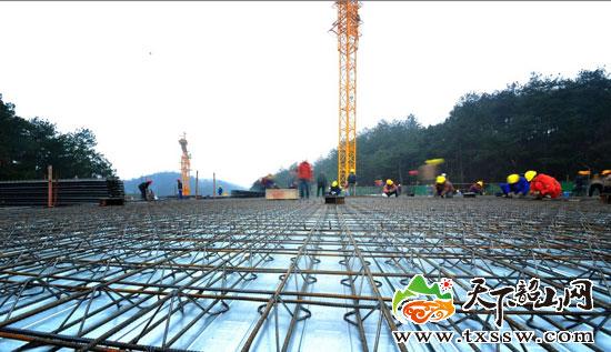 完成主体钢结构屋面混凝土浇筑前最后一道工序 谭凯 摄   天下韶山网讯(记者 万泱华)对于一个建筑面积10671.4平方米、建筑层数部分二层局部四层、建筑总高度23.8米、钢桁架最大跨度64.8米且中间无立柱的工程而言,八十三天可以使工程达到什么样的进度?   面对这样一个问题,也许你能脱口而出很多的答案,但是你无法说服自己得出这样一个结论主体封顶!