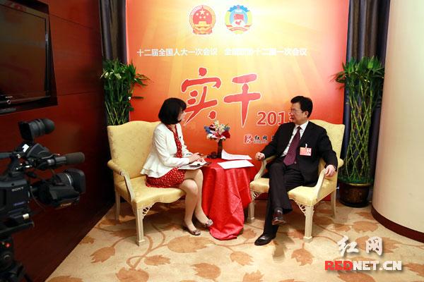 """全国人大代表,湖南省林业厅厅长邓三龙在作客红网""""实干2013""""全国""""两会""""访谈室。"""