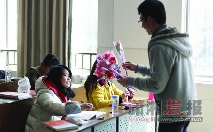 3月7日高校女生节 男生送玫瑰拼创意为女生