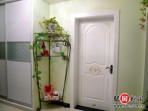 通往卧室的门,铁艺的转角台和客厅的铁艺沙发完成了整个空间风格的