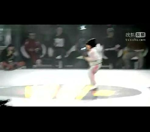 国外街舞牛人视频_北京公安局微博发警察跳街舞视频警花青涩严