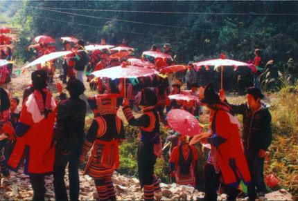 瑶族伞舞在大型民俗游乡活动中表演