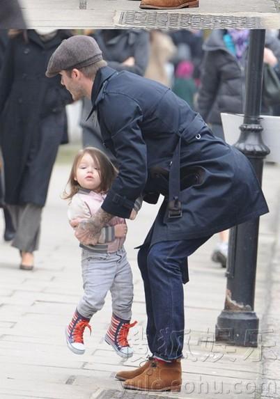 贝克汉姆领女儿出街 小七时尚着装似小辣妹(图