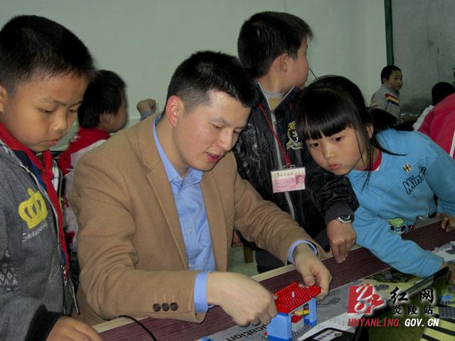 老师指导学生组装机器人场地装备