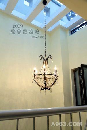 楼梯间的吊灯使用欧式相结合