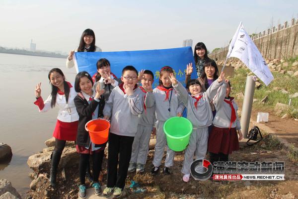 小学生参与水资源保护 百瓶家乡水倒进湘江[图]