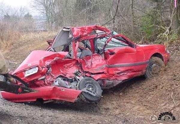 围观惨不忍睹的车祸现场 豪车也难逃噩运(组图)