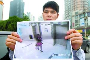 女孩 重庆/何建出示摄有涉嫌盗走自己皮包的女子的画面。重庆晨报记者甘...