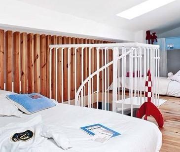 复式楼装修效果图:利用木条栅栏将儿童房与卧室分割开来,而高清图片
