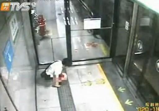 [视频]实拍女生地铁站内大便惹旁人a视频欺女子图片