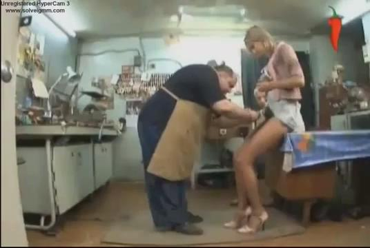 视频美女穿带锁铁内裤恶搞开锁大叔