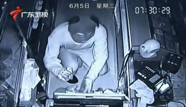 [视频]实拍两男子头套丝袜内裤 盗窃超市19万财