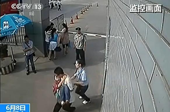 [视频]男生v视频考场内昏迷美女女生抱起送医嫩嫩同场白白超市小图片