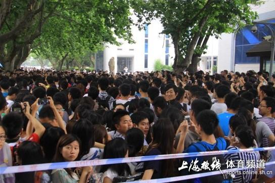 小贝访同济大学发生踩踏事故图片
