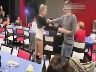 视频最性感斗牛舞 女孩扭臀转身短裙掉了