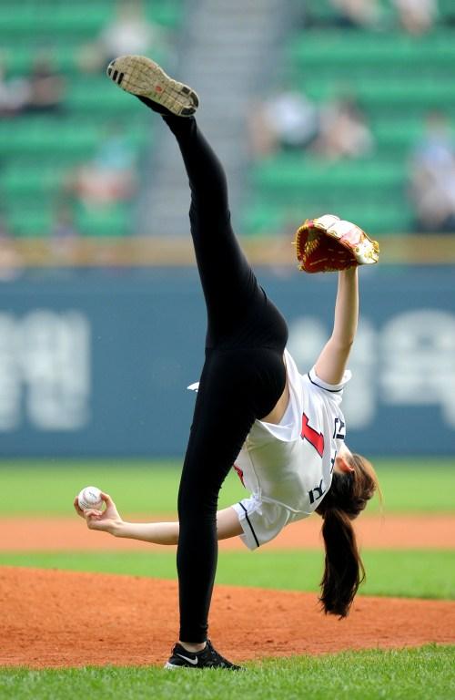 韩国艺体美女助阵棒球联赛 秀360度开球 娱乐