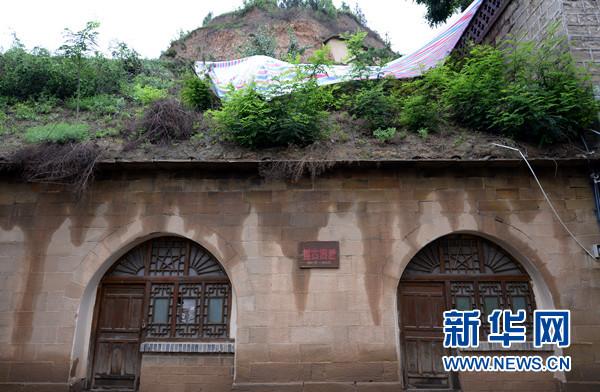 7月13日,延安新闻纪念馆遭暴雨侵袭,清凉山上的博古旧居因强降雨面临垮塌危险。新华社记者李一博摄