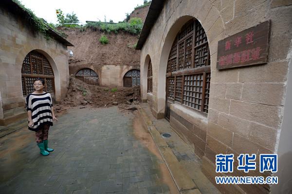 7月13日,工作人员在清凉山上的新华社编辑部旧址前查看损毁情况。新华社记者李一博摄
