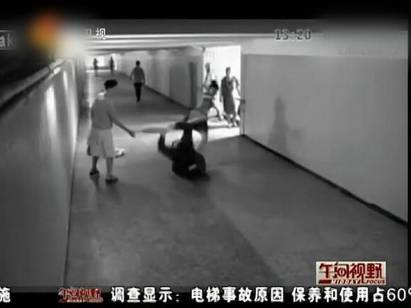[肉欲]监拍美女抢视频遭下体飞腿踹美女暴打洗衣店会之壮汉1手机图片
