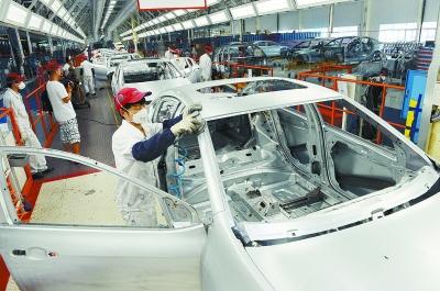 发区广汽菲亚特汽车有限公司焊接车间,工人在生产高强度车身 高清图片