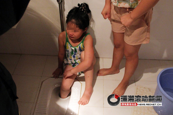 右脚卡进浴厕大便器