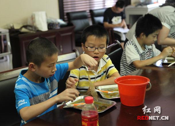 (科学老师讲解完树叶标本制作方法之后,孩子们开始动手制作植物艺术