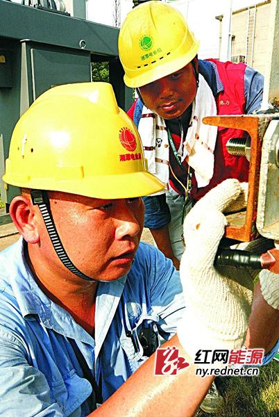 烈日下的工作者:电力检修员(组图)