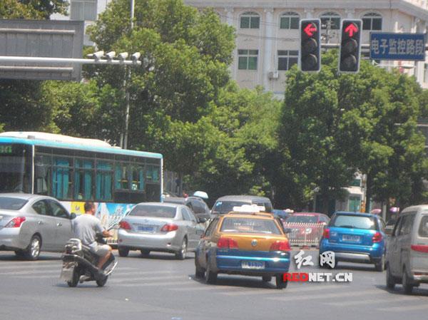 长沙电动车闯红灯现象频繁 行人心惊肉跳