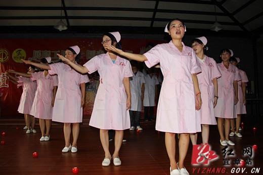 图为人民医院青年职工表演大合唱 《感恩的心》图片