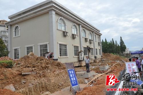 韶山首次采用房屋整体平移技术 两层楼房平移4米