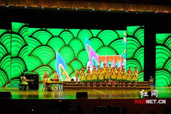 湖南代表队的合唱《小龙舟》获声乐类一等奖