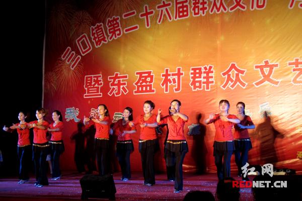 东盈村村民表演节目
