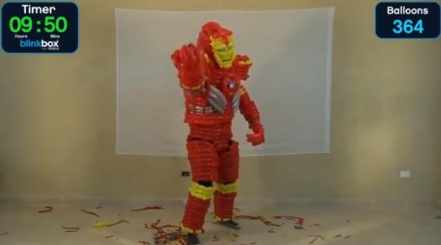 [视频]实拍外国男子用气球做成钢铁侠外衣