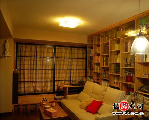 从入户门拍客厅,超大面积书柜做沙发背景墙