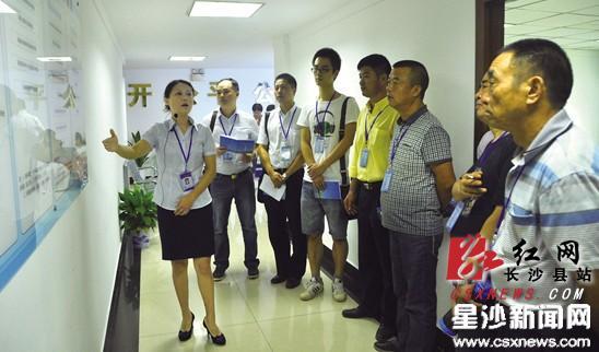 20名社会监督员零距离参观长沙县招投标流程