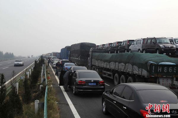 王中举 摄-国庆高速免费首日再现大堵车 高速公路又成 停车场