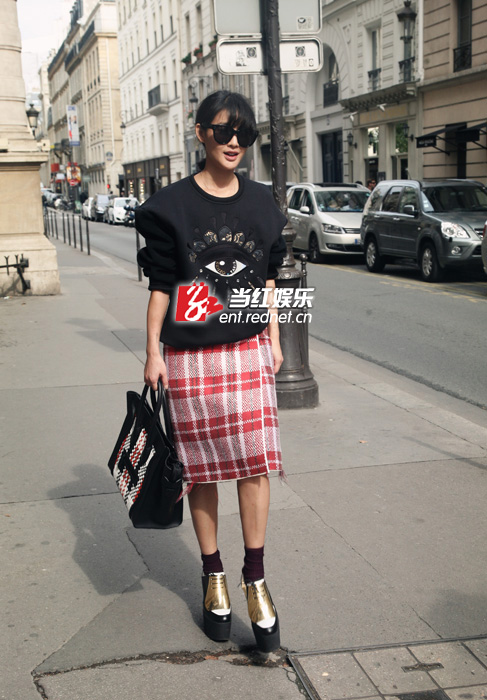 陈燃巴黎街拍演绎潮人最爱大眼衫 成街头风景