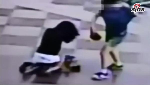 [女生]监拍母亲翘课被女生抓街头罚跪自扇耳光裸泳图视频图片