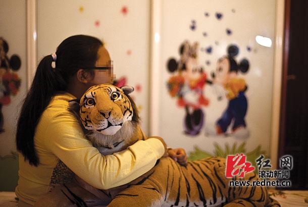 (10月16日,高桥大市场,周丽平抱着她本命年时买的一个老虎玩偶。图/滚动新闻记者蒋丽梅)   红网长沙10月17日讯(滚动新闻实习记者 刘双)不到300元(此前报道200元,当时家人估计的数字),先后游历岳阳、广州、肇庆。10月16日下午,离家九天的周丽平坐在长沙家里的床上,看着港剧《爱回家》。蛮好看的,每一集都讲了一个发生在家里的温馨的故事。她笑着说。      对于这九天的经历,她有害怕,有后悔,也有感动。      长头发,马尾辫,戴红框眼镜,眼前这个女生就是周丽平。10月8日清晨,她带