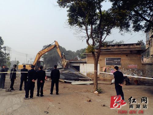 多部门联合执法 成功拆除湘潭大学正门一线违章建筑