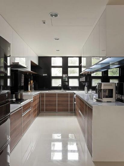 设计重点:   黑色烤漆玻璃   ㄇ字型的厨房是设计师为屋主...
