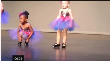 [女生]失控踢踏舞小女孩a女生爆红视频纹身陪图片