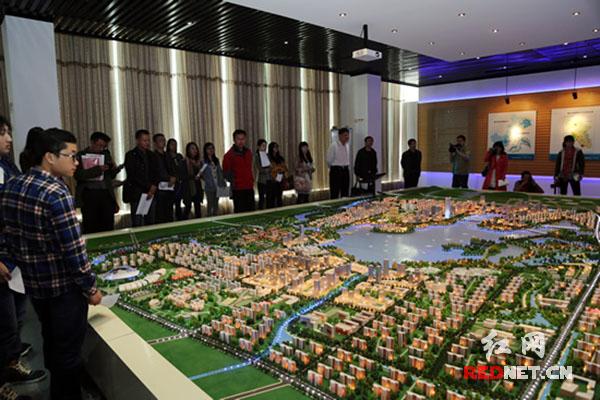 黄冈/(全国网络媒体记者在黄冈城东新区观看新区规划。)...