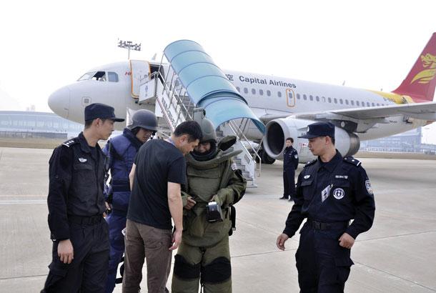 红网长沙11月1日讯(滚动新闻记者 谢功梅 吴可)这几天,长沙黄花国际机场接连收到诈弹威胁。      继10月27日接到电话谎称航班有炸弹后,10月31日12点45分,机场再次收到诈弹,这次数量增加到4枚。机场方透露,10月31日,有进出长沙的四趟航班因此而备降或延迟起飞,嫌疑人当天下午已落网。      虽然最后证实这两起事件都是乌龙,但事件给航班运行和旅客出行带来极大影响。这事可不是闹着玩的,根据最高人民法院9月29日对外公布的一份司法解释,发出诈弹导致航班迫降的,嫌疑人将获刑。