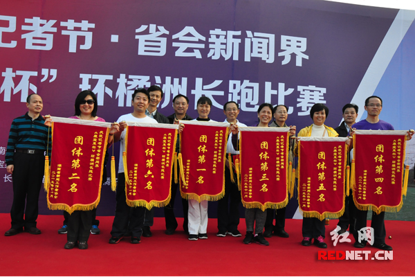 团体成绩前6名的单位代表合影。