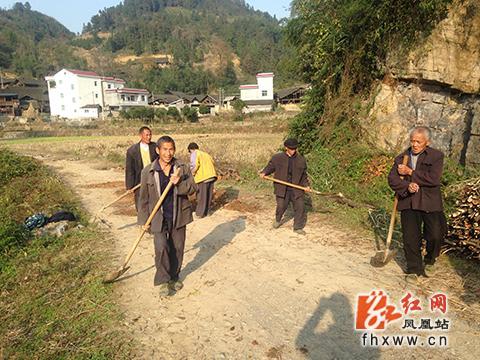 凤凰县林峰乡掀起农村公路养护热潮