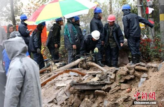 11月24日下午,青岛市开发区斋堂岛街,抢修人员在抢修电力设施.受11.