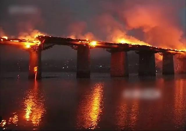 [视频]实拍重庆亚洲第一廊桥起火被烧成焦炭